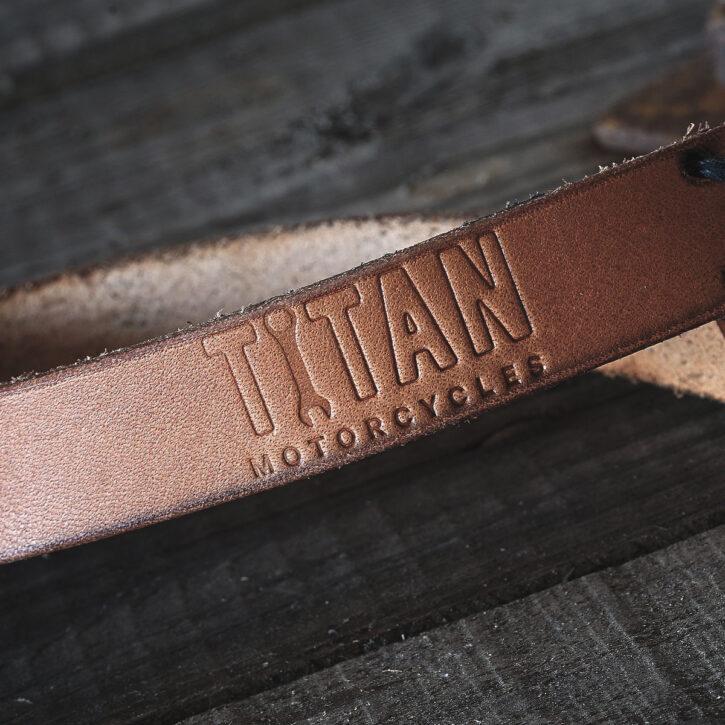 Echt-Lederband-Schluessel-Anhaenger-Handarbeit-Naht-Hergestellt-Geschenk-Praktisch-Leather-Keyband-Karabiner-TITAN