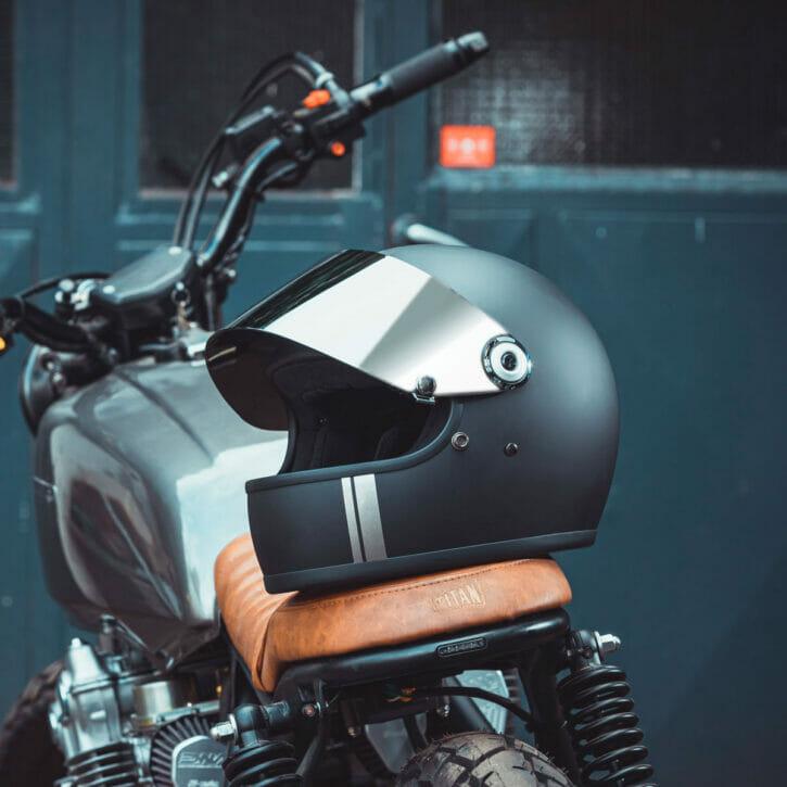 biltwell-gringo-s-matt-schwarz-ece-dot-titan-cafe-racer-edition-flat-visier-mirror-chrom-TITAN-Edition-Custom-Helmet-Design-opn-TTN